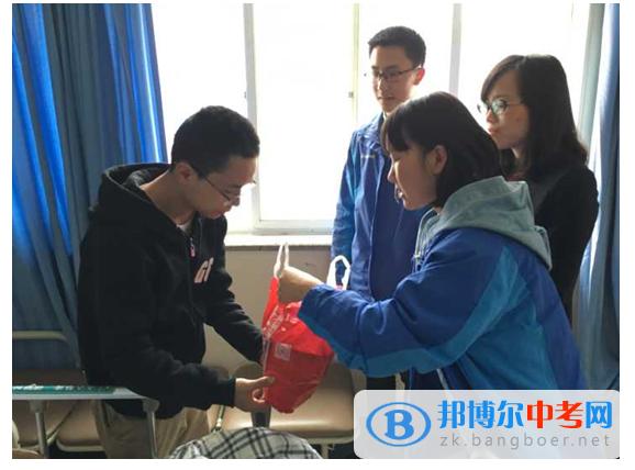 四川省华润学校捐助截瘫患者 鼓励坚强男孩