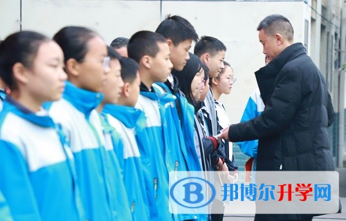 副校长文兴军为入围最美城西学子颁奖